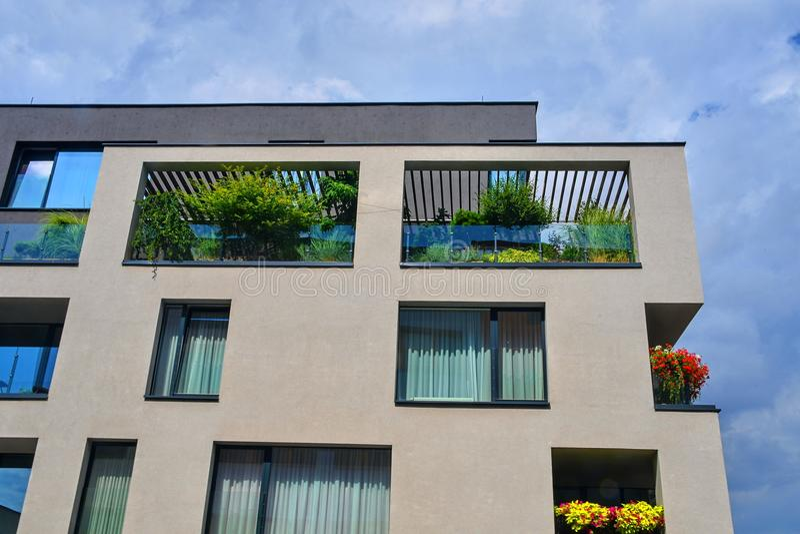 现代的结构 与花和绿叶的都市大阳台 都市房子 库存照片