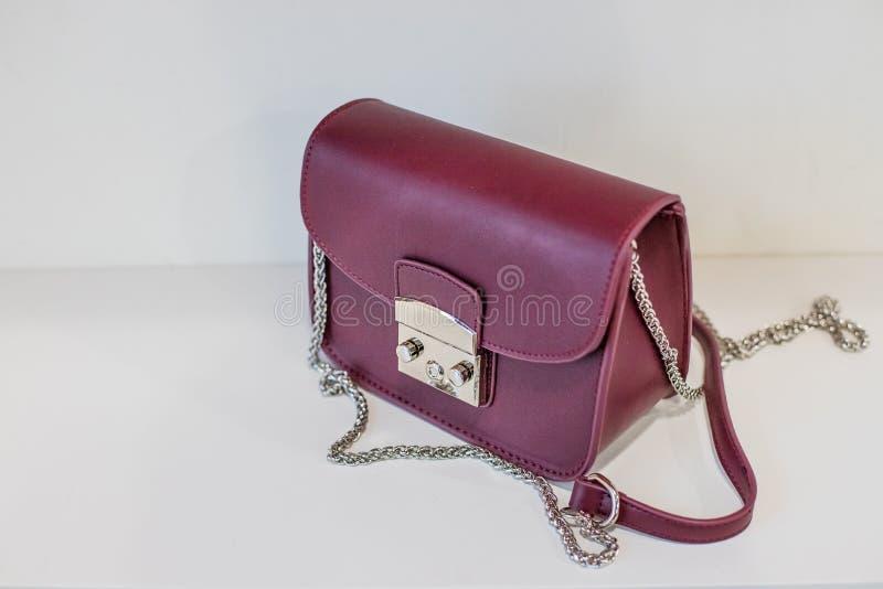 现代皮革女性袋子 妇女` s提包,夫人请求,紫色女性传动器,紫色时髦提包 妇女` s袋子 库存照片