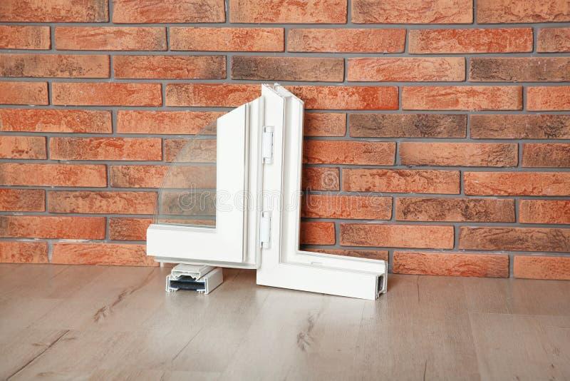 现代窗口外形样品在地板上的对墙壁 安装 免版税库存图片
