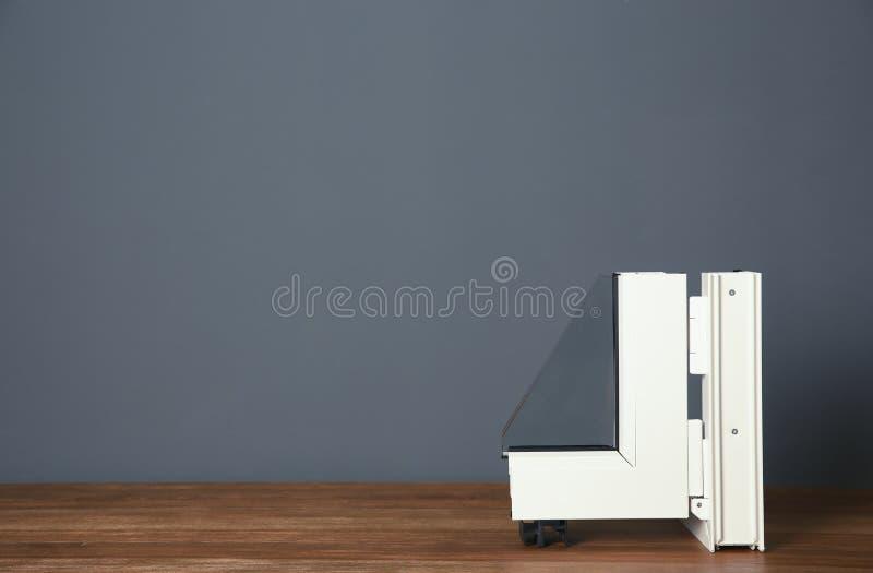 现代窗口外形样品在桌上的对灰色墙壁 库存图片