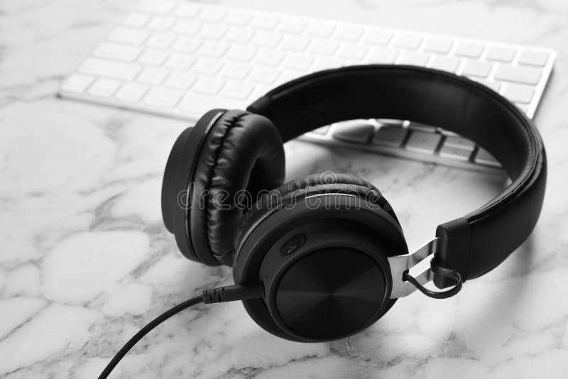 现代耳机和键盘 免版税图库摄影