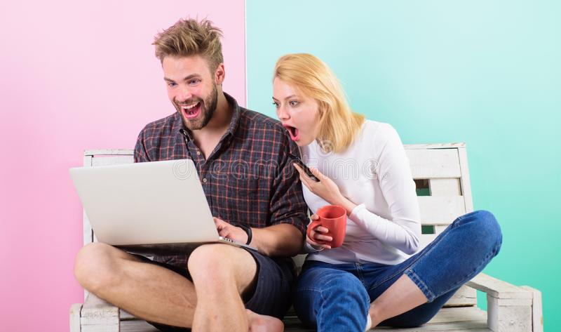 现代职业 可怕的内容 人女孩创建美满的博克社交网络 夫妇冲浪的互联网投稿 免版税库存照片