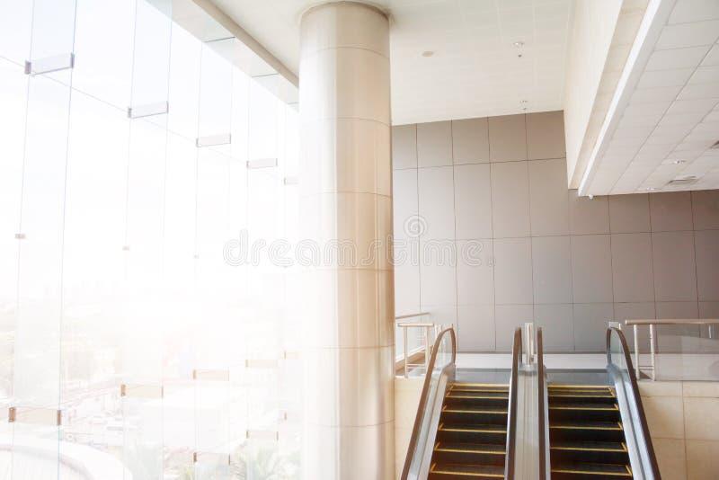 现代自动扶梯,镀铬物自动扶梯 黑白, monochro 免版税库存照片