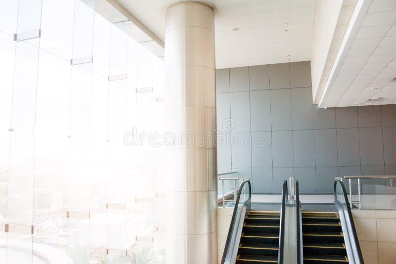 现代自动扶梯,镀铬物自动扶梯 黑白, monochro 免版税库存图片