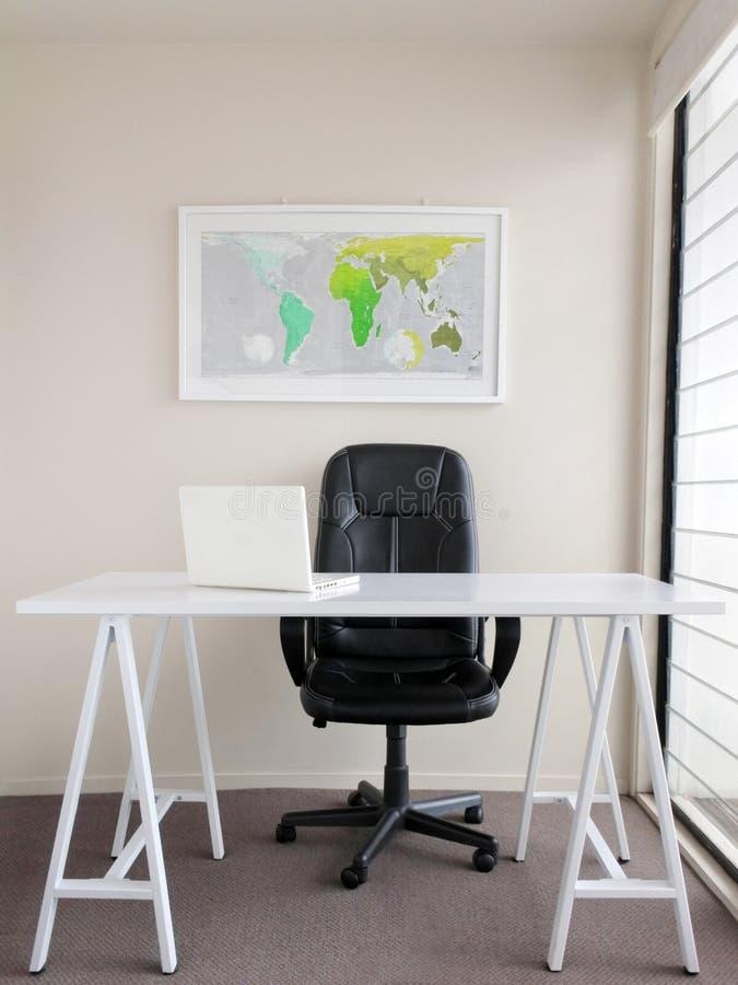 现代自由职业者的家庭办公室内部空间 库存照片