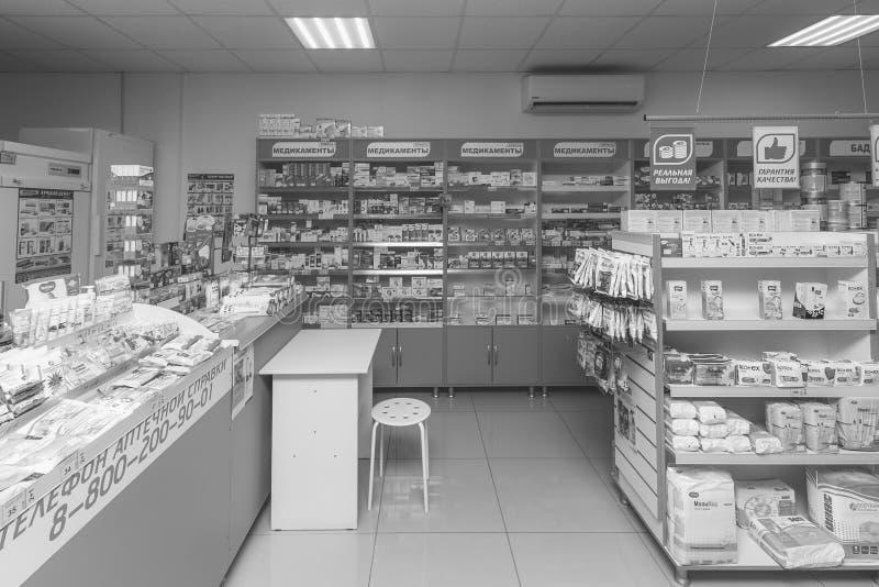现代药房内部与医学、化妆用品和产品的在架子的医疗保健的在俄罗斯 图库摄影