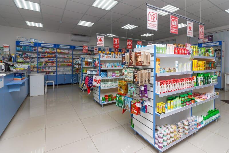 现代药房内部与医学、化妆用品和产品的在架子的医疗保健的在俄罗斯 库存图片