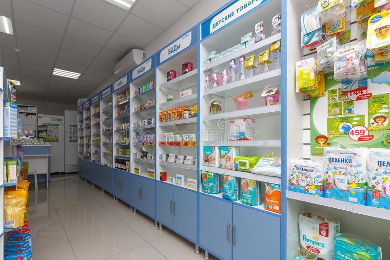 现代药房内部与医学、化妆用品和产品的在架子的医疗保健的在俄罗斯 库存照片