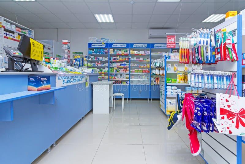 现代药房内部与医学、化妆用品和产品的在架子的医疗保健的在俄罗斯 免版税库存图片