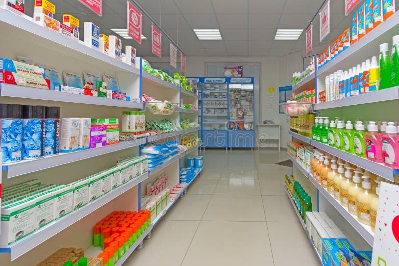现代药房内部与医学、化妆用品和产品的在架子的医疗保健的在俄罗斯 免版税库存照片