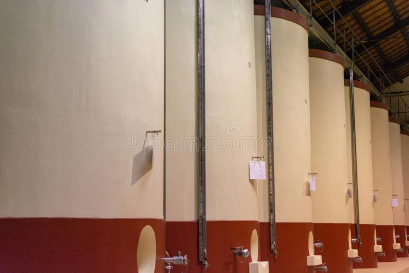 现代葡萄酒酿造在意大利,酒发酵的混凝土罐 免版税库存照片