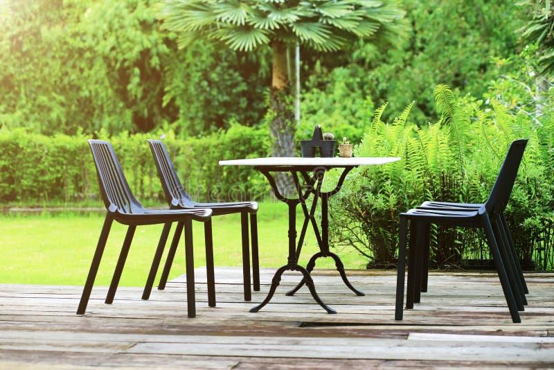 现代被设计的室外家具集合放松壁角桌和cha 库存图片