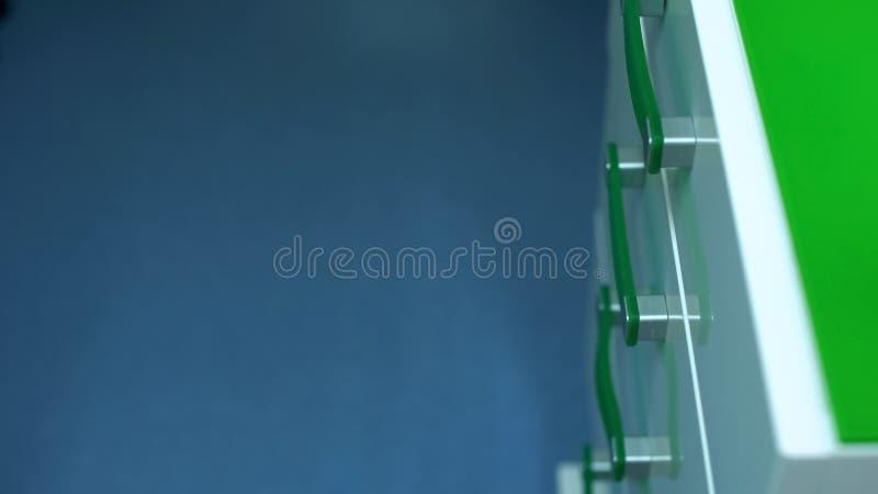 现代被设计的抽屉单位,定制的家具质量,诊所设备 库存照片