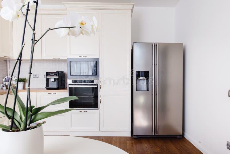 现代装置和新的设计在厨房里 顶楼厨房和公寓 免版税库存图片