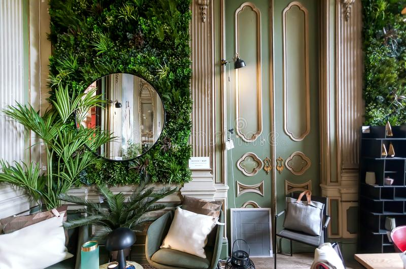现代装饰商店内部有被设计的家具、时髦的纪念品和时尚细节的家的 免版税库存照片