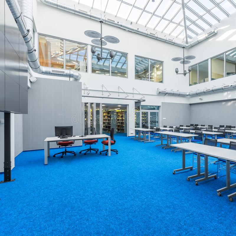 现代设计公司会议室 免版税图库摄影