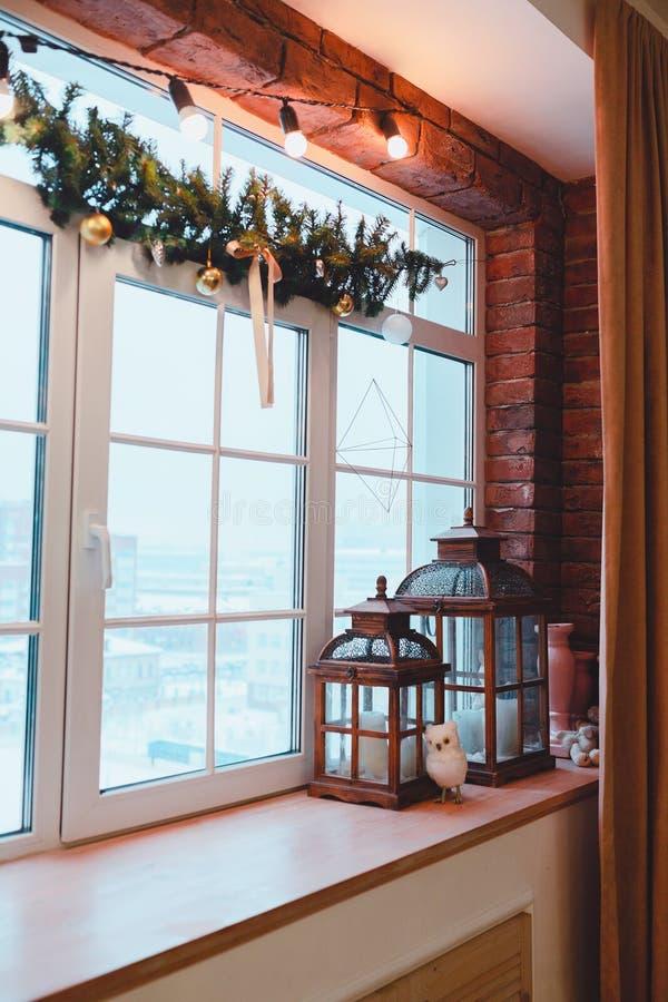 现代设计内部的顶楼 窗口视图 背景圣诞节关闭红色时间 库存图片