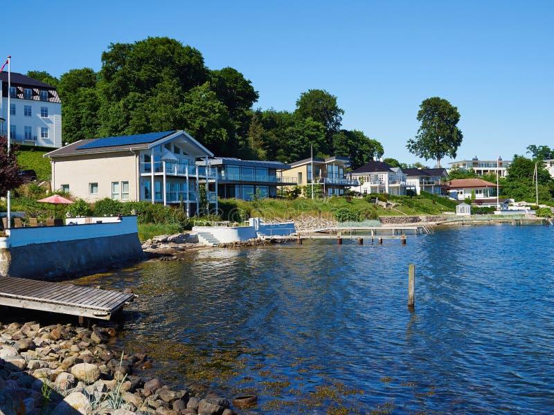 现代设计水前面安置丹麦 库存图片