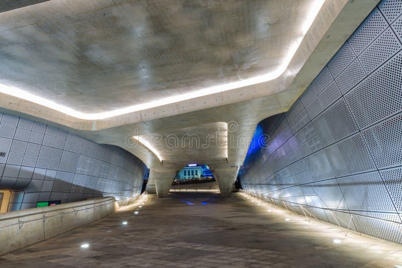 现代设计里面Dongdaemun设计广场汉城,韩国2017年4月 免版税图库摄影
