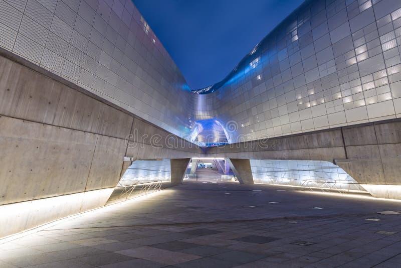 现代设计里面Dongdaemun设计广场汉城,韩国2017年4月 免版税库存照片