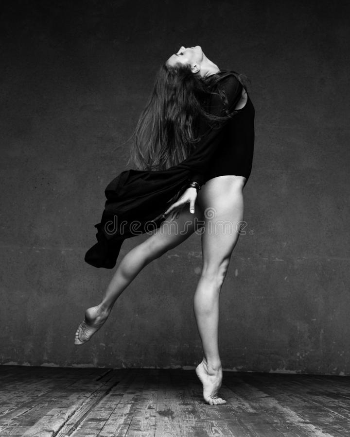 现代跳芭蕾舞者跳舞 免版税库存照片