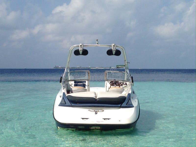 现代速度小船在热带海岛盐水湖在印度洋,马尔代夫 免版税库存图片