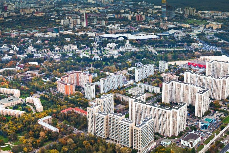 现代都市住宅区在秋天日 免版税库存图片