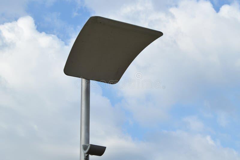 现代都市有反射器的街道电灯 免版税库存照片