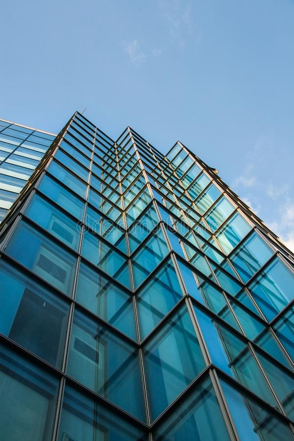 现代钢和玻璃办公楼方形的窗口  库存图片