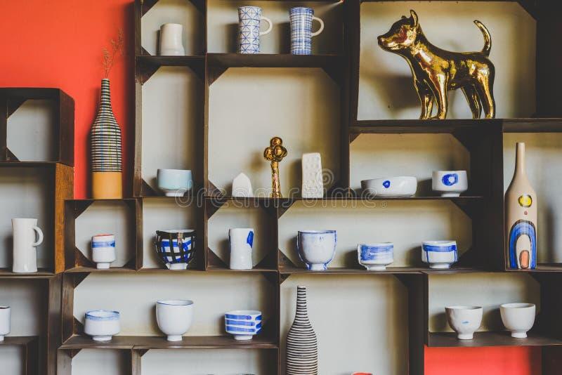 现代陶瓷碗、被手工造的罐和杯子或者花瓶 库存照片