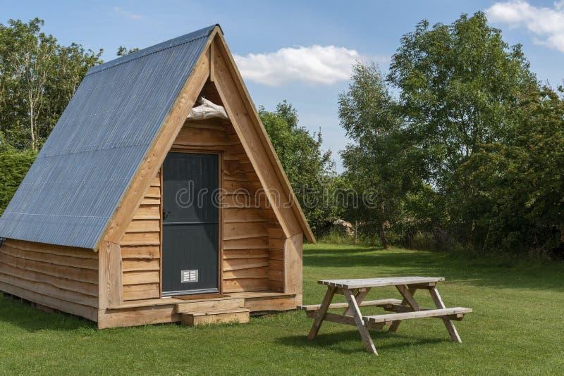 现代露营脚舱和野外餐桌 免版税图库摄影