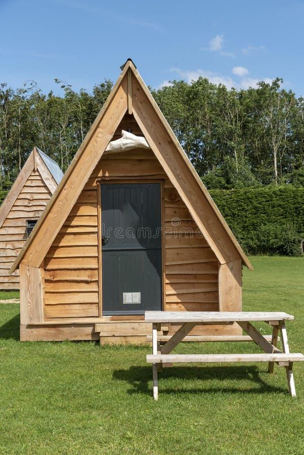 现代露营脚舱和野外餐桌 免版税库存照片