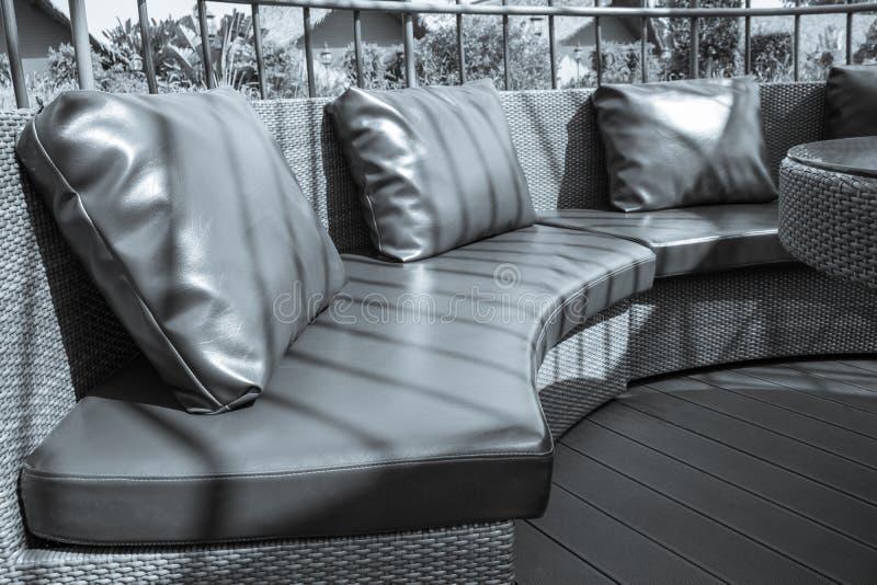 现代风格木藤条椅子和织品枕头 库存照片
