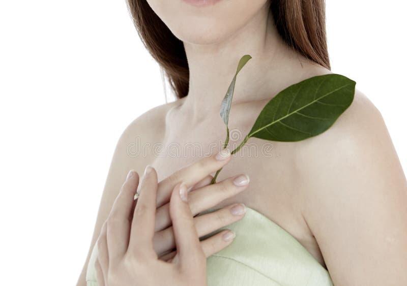现代首饰秀丽干净健康的自然的时尚妇女式样举行绿色叶子 免版税图库摄影