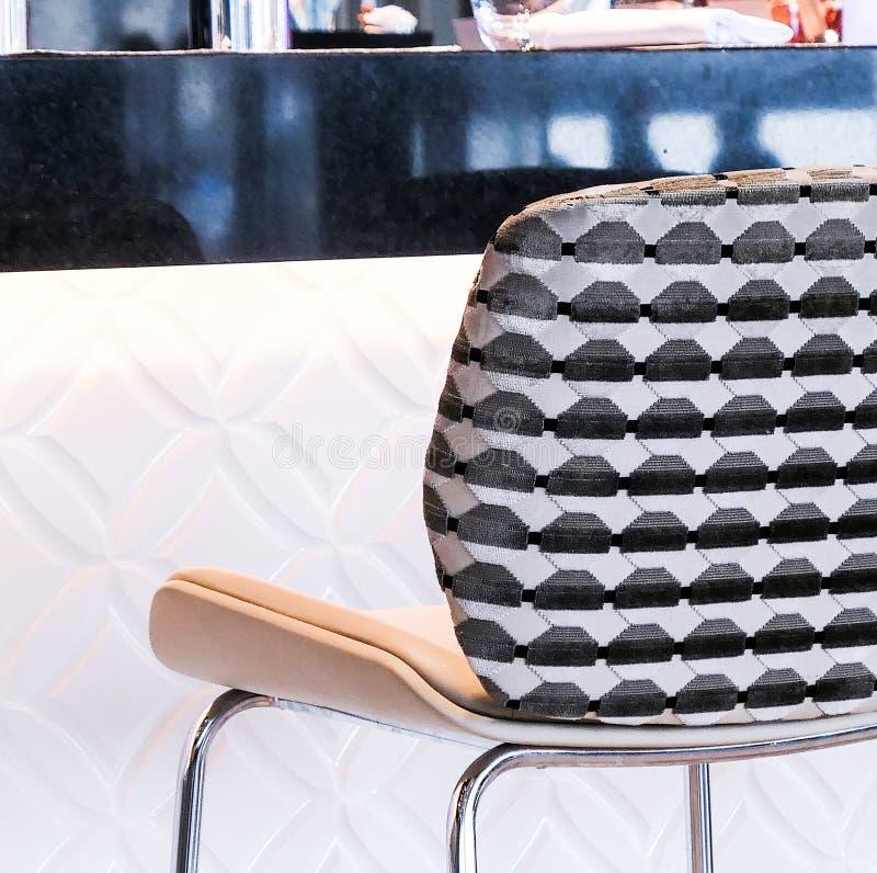 现代高凳在豪华餐馆 图库摄影