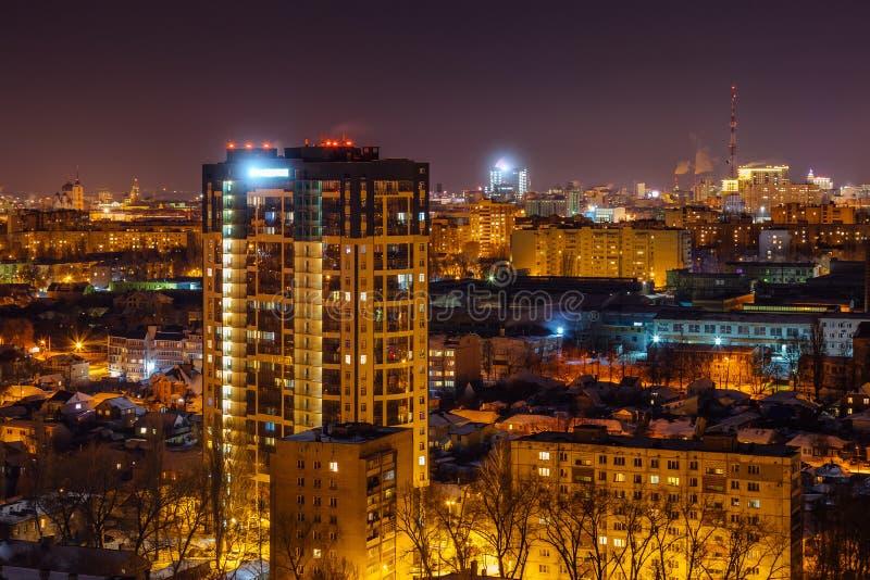 现代高层居民住房在夜市沃罗涅日 库存照片