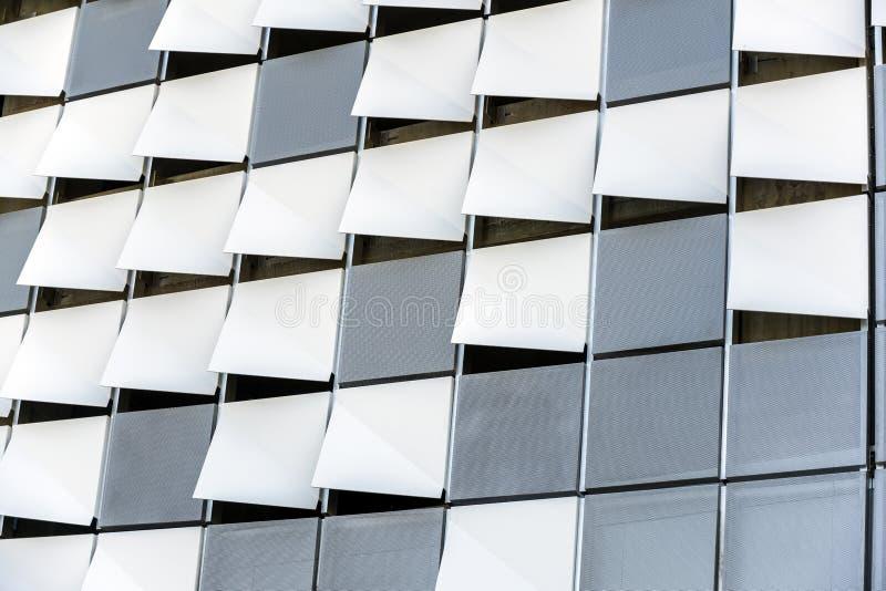 现代高层建筑物外壁的装饰弯曲的和穿孔的元素  库存图片