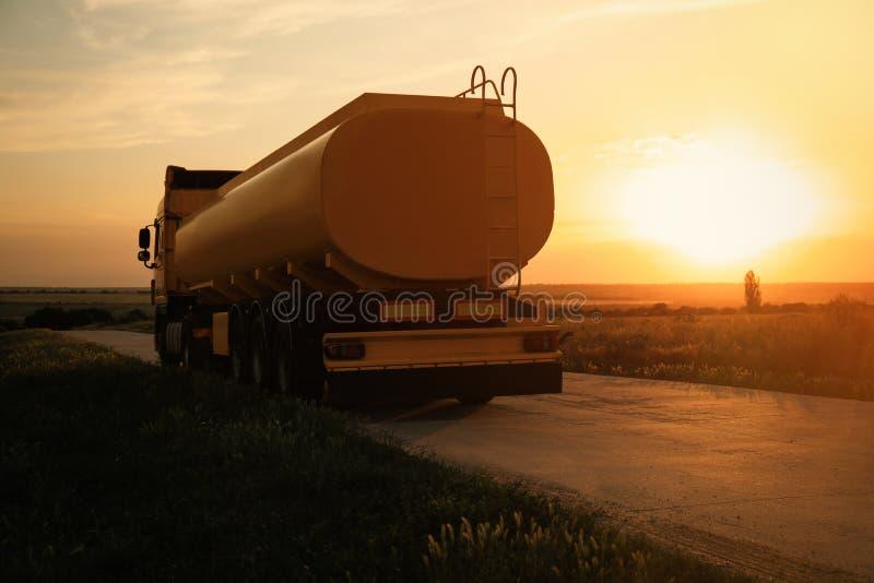 现代黄色卡车停放了 免版税库存图片