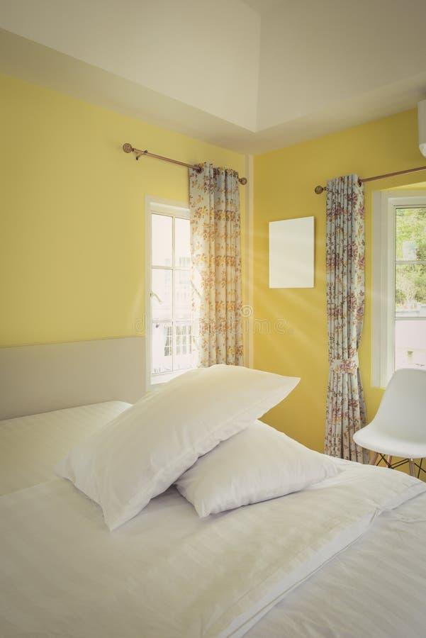 现代黄色卧室内部在葡萄酒房子里 免版税库存照片