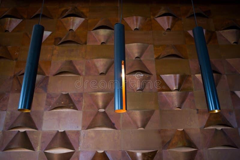 现代黑灯褐色墙壁背景 灯室内设计 免版税库存照片