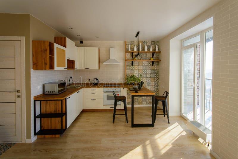 现代,明亮,干净,与全景阳台的厨房内部 图库摄影
