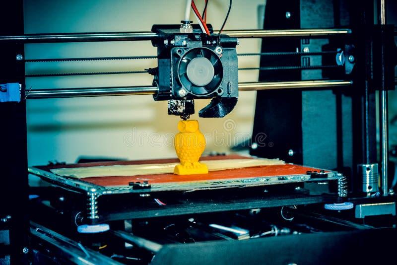 现代3D打印机打印形象特写镜头 r 免版税库存图片