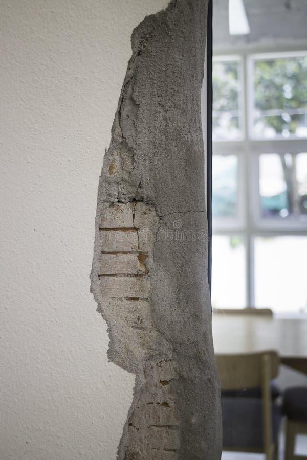 现代concret崩裂了门内部分开 库存图片