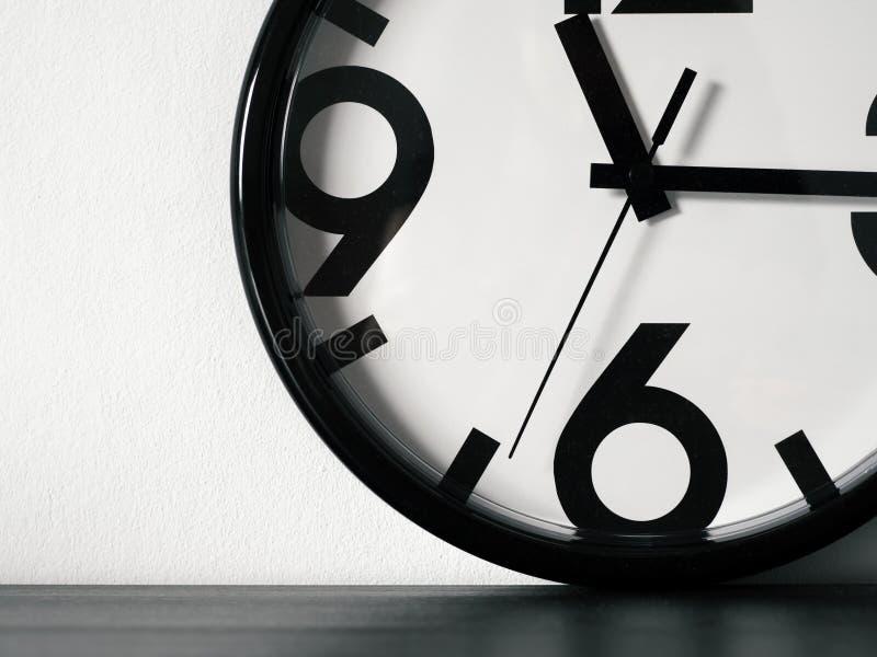 现代minimalistic壁钟,拷贝空间 免版税库存照片