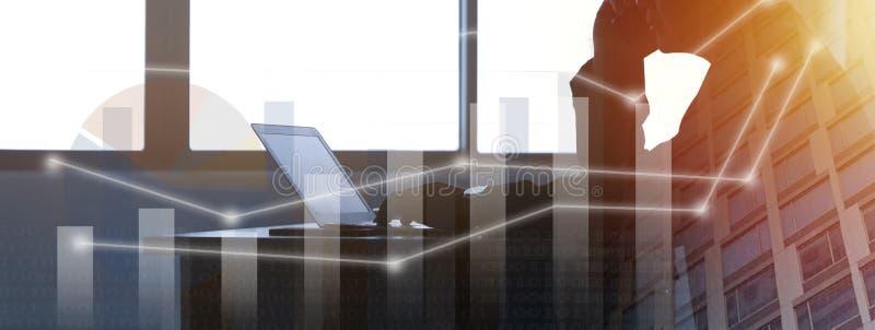 现出轮廓年轻商人键入的膝上型计算机,办公室人工作 免版税库存照片