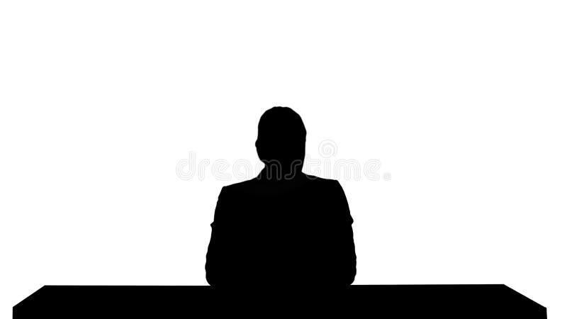 现出轮廓提出新闻的一个女性新闻报道员,增加您自己的文本或图象屏幕在她后 库存图片