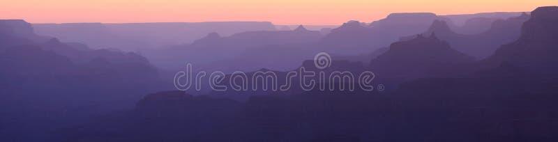 现出轮廓的峡谷全部全景 免版税库存照片