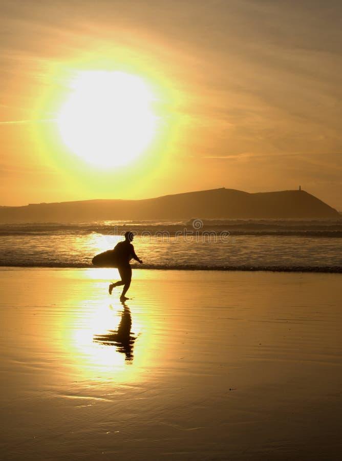 现出轮廓的日落冲浪者 库存照片