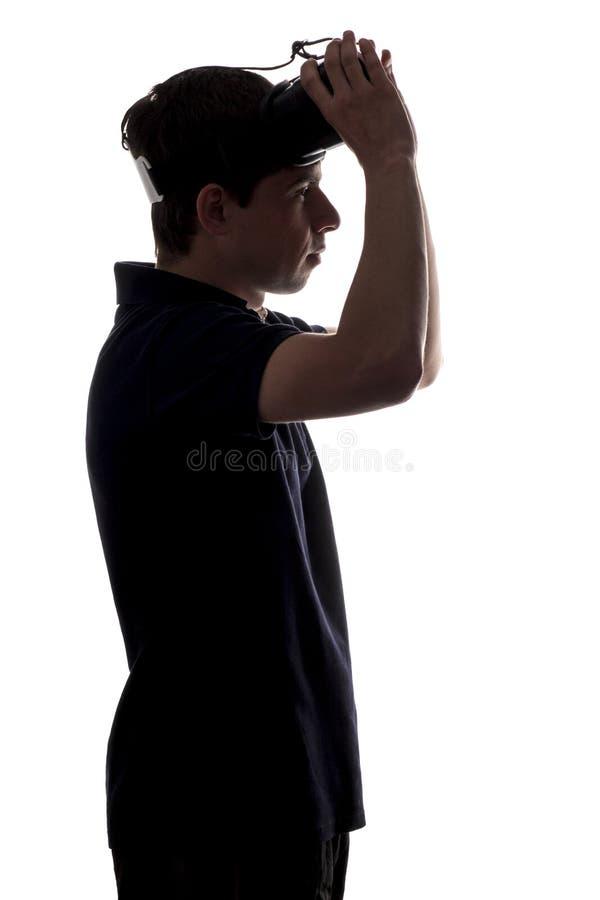 现出轮廓年轻人档案虚拟现实玻璃的在白色被隔绝的背景 免版税库存图片