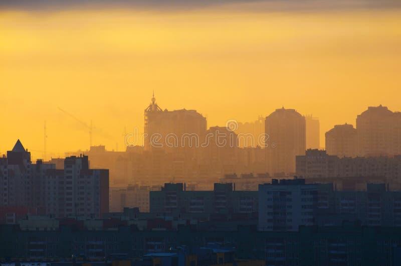 现出轮廓城市太阳光日落最后的审判日天空日出日落修造工业 库存照片